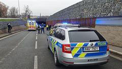 Policisté před tunelem Blanka převrátili vůz, ten pak začal hořet. Tři policisté jsou zranění