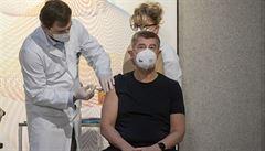 V Česku začalo očkování proti covidu. První dávky dostali premiér Babiš a válečná veteránka Emilie Řepíková