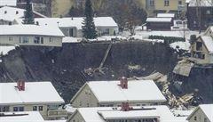 Sesuv půdy smetl v Norsku desítku domů, některé visí na hraně kráteru. Dvanáct lidí se pohřešuje