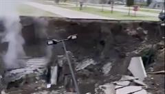 Před nemocnicí v Neapoli po výbuchu vznikl obří kráter. Explozi nejspíš způsobil přívod kyslíku do zařízení