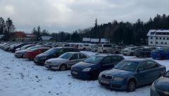 Doprava v Bedřichově pod náporem běžkařů opět kolabovala, v Beskydech regulovali parkování policisté