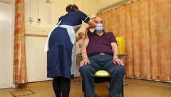 Británie začala očkovat vakcínou od firmy AstraZeneca. Prvním příjemcem byl 82letý pacient na dialýze