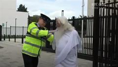Bůh jako sexuální násilník a deviant? Irská televize je pod palbou kritiky kvůli žertovnému skeči