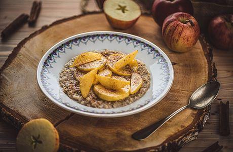 Ideální snídaně. Pohanková kaše s mandlovým mlékem a karamelizovanými jablky a hruškami