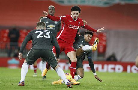 Liverpool remizoval s United, kteří se udrželi na prvním místě. Tottenham zdolal Sheffield