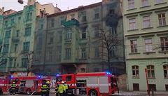 Požár vybydleného domu na dvě hodiny zastavil tramvaje v pražské Ječné ulici