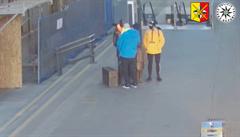 VIDEO: Wintonova socha na hlavním nádraží má opět poničené brýle. Policie hledá muže a ženu