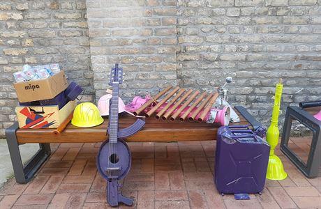 Srbský umělec vyrábí hudební nástroje z vyřazených zbraní