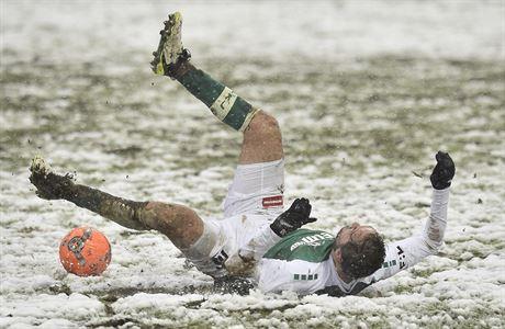 V Jablonci hustý sníh rozblátil trávník. 'Ani na vesnici jsem nehrál na takovém terénu,' čertil se Kratochvíl