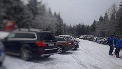 Turisté zcela zaplnili parkoviště na Šerlichu v Orlických horách, dopravu řídí policie
