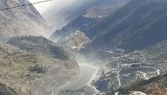 VIDEO: Úlomek himálajského ledovce se v Indii zřítil do přehrady. Po následných záplavách se pohřešuje přes sto lidí