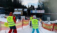 Iniciativa Chcípl PES protestovala otevřením vleku na Vaňkově kopci. Akci zastavila policie