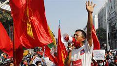 Stovky lidí v Barmě opět vyšly do ulic protestovat proti převratu, policie zasahovala vodním dělem