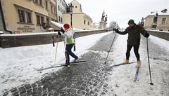 V Praze jako na horách: na Karlův most vyjeli běžkaři. Podívejte se na neobvyklé snímky