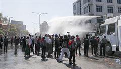 V Barmě se nadále protestuje proti vojenskému převratu, policie demonstrace rozhání vodními děly
