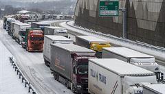 Dopravu v Česku opět komplikuje sníh. Na D8 již otevřeli tunely Prackovice a Radejčín, zavřené kvůli kolonám