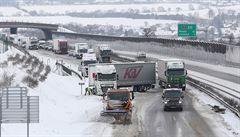 VIDEO: Sníh komplikoval dopravu v Česku. Uvízlý kamion zavřel dálnici D8, na D1 policisté budili řidiče