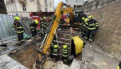 Dělník zasypaný ve výkopu na pražském Smíchově neštěstí nepřežil, tělo hasiči vytáhli po více než šesti hodinách