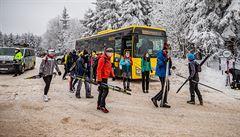 Turisté se hrnou do hor, dva kraje posilují spoje. V přeplněné dopravě ale roste riziko nákazy