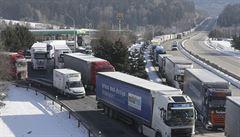 Němci zpřísnili koronavirové kontroly, na dálnici D8 jsou kolony dlouhé desítky kilometrů