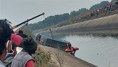 V Indii se zřítil autobus do vodního kanálu. Nehoda si vyžádala nejméně 40 obětí