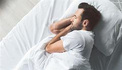 Čechy ze spánku budí nejčastěji covid, migrantů se už tolik nebojí. Průzkum zjistil i sympatie s policisty