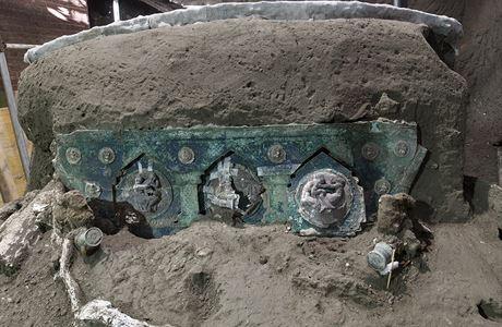 Mimořádný objev v Pompejích. Archeologové našli dochovaný kočár, který byl používán jen k obřadům