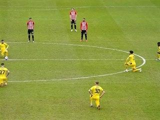 Fotbalisté Brentfordu nepoklekli před víkendovým zápasem Championship.