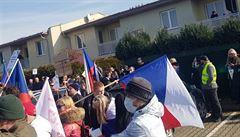 U Hamáčkova domu protestovalo kolem 150 lidí. Nesouhlasíme s porušováním Ústavy, uvedli demonstranti