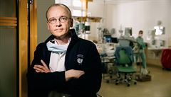 Je potřeba být pár tahů před zubatou, říká šéf intenzivní péče VFN v Praze Martin Balík