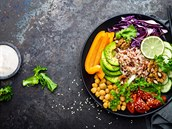Odlehčený jídelníček. Zkuste k obědu misku buddha bowl s tahini dresinkem