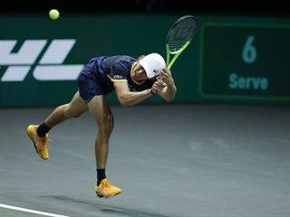 Australan Alex De Minaur dobíhá míček.