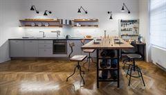 Jak bydlí designéři: staré ušáky i jídelní stůl, který slouží jako pracovna