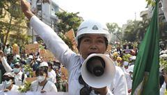 V Barmě nadále demonstrují desetitisíce lidí. Policie provedla razie proti opozičním aktivistům