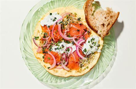 Snídaně do postele pro dva. Omeleta s tvarohem a uzeným lososem