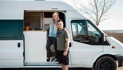 NOMÁDI: Z obřího bytu do dodávky. Mladý pár si tři čtvrtě roku stavěl domov na kolech v bílém fordu