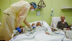 'Ten ze šestky asi umře, že jo.' Reportér si vyzkoušel, co obnáší péče o hospitalizované pacienty s covidem