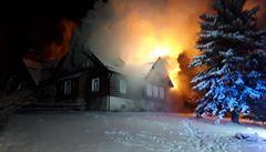VIDEO: Roubenku pod Ještědem zachvátil rozsáhlý požár. Hasiči nasadili osm jednotek a devět cisteren