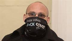Nesmí do Prahy a k tomu dostal roční podmínku. Demonstrant pyká za útok polenem na policistu