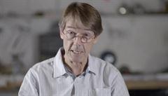 Bývalý šéf Pfizeru šíří hoaxy. Očkování podle něj způsobuje neplodnost, kolegové ho nepoznávají