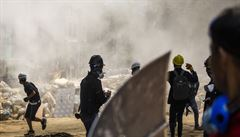 V Barmě zemřelo během demonstrací proti vojenskému převratu nejméně 38 osob. V Rangúnu platí stanné právo