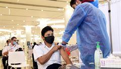 'Testy na covid si zaplatíte, pokud se nenecháte naočkovat.' Emirates vyslalo svým pilotům a letuškám varování