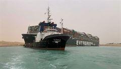 Loď uvízlá v Suezu se mírně pohnula, snahy o uvolnění komplikuje silný vítr