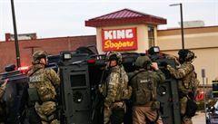 Útočník zastřelil v coloradském supermarketu deset lidí včetně policisty. Byl zadržen, je raněný