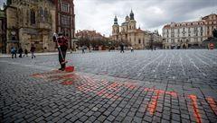 'Za oběti neschopné vlády.' Policie řeší nápis na dlažbě Staroměstského náměstí