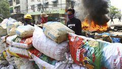 I přes stoupající počet mrtvých vyšli lidé v Barmě opět protestovat do ulic