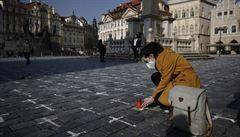 'Babička, táta...' Lidé ke křížkům na Staroměstském náměstí píší vzkazy i s daty úmrtí