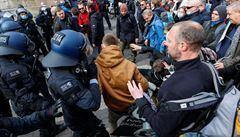 V německém Kasselu protestovalo proti restrikcím 20 tisíc lidí. Došlo i na obušky a slzný plyn