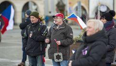 Desítky lidí demonstrovaly v Budějovicích proti vládním opatřením. Policie řešila roušky