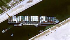 V Suezu se rodí obchodní krize světových rozměrů. Stovky lodí mohou čekat týdny, některé už obeplouvají Afriku